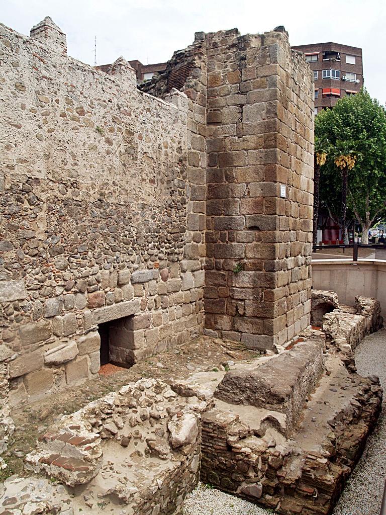 -Murallas del alcázar talaverano con la barbacana y la zona que se inundaba en los asedios. Portillo para acceder a la barbacana y al agua.JPG