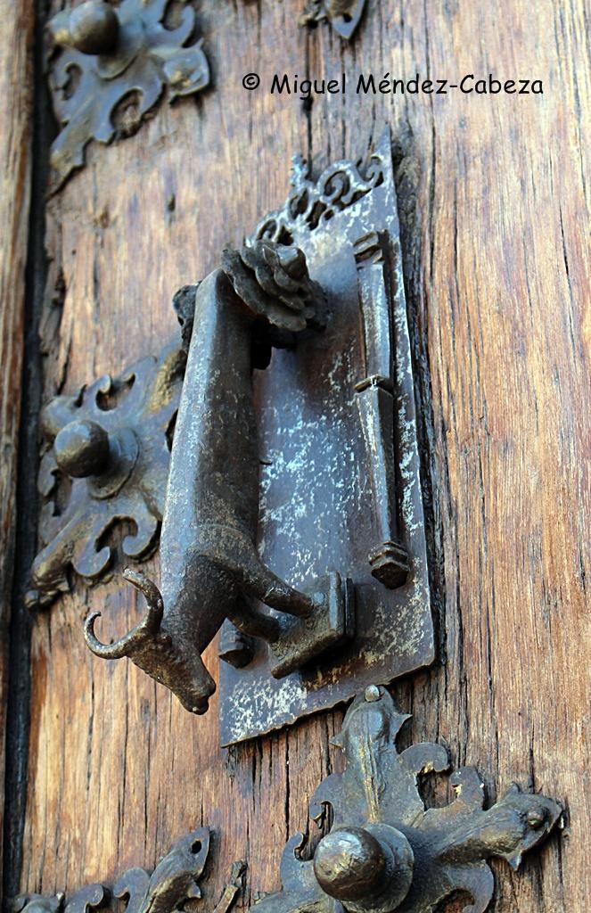 Llamadores en forma de toro en las puertas del antiguo ayuntamiento o palacio de los Girón
