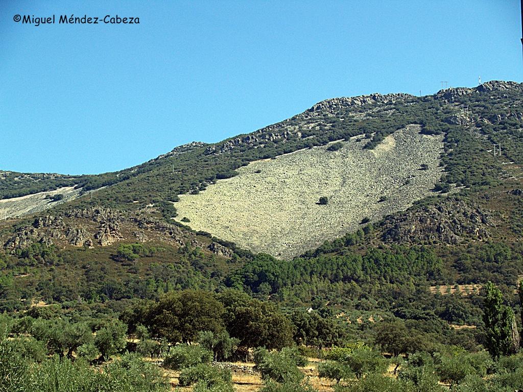Sierra de Sevilleja con uno de sus característicos canchales