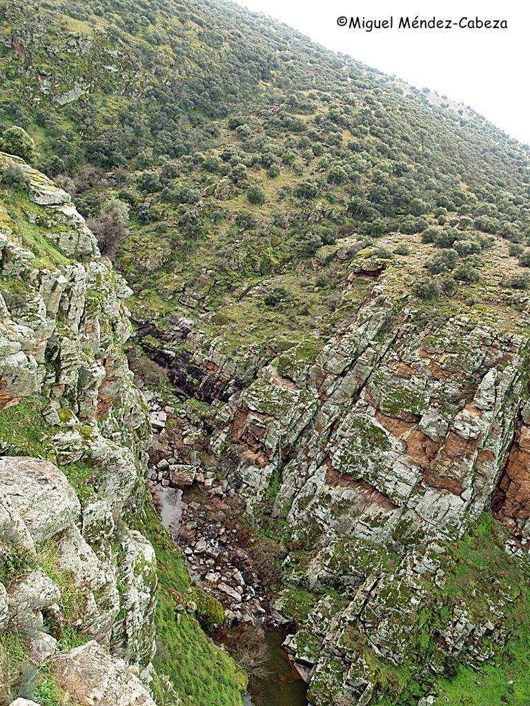 La mejor defensa del castillo de Montalbán es el impresionante barranco del arroyo Torcón