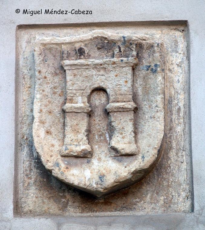 Escudo en la entrada posterior del antiguo ayuntamiento que presenta solamente la torre albarrana