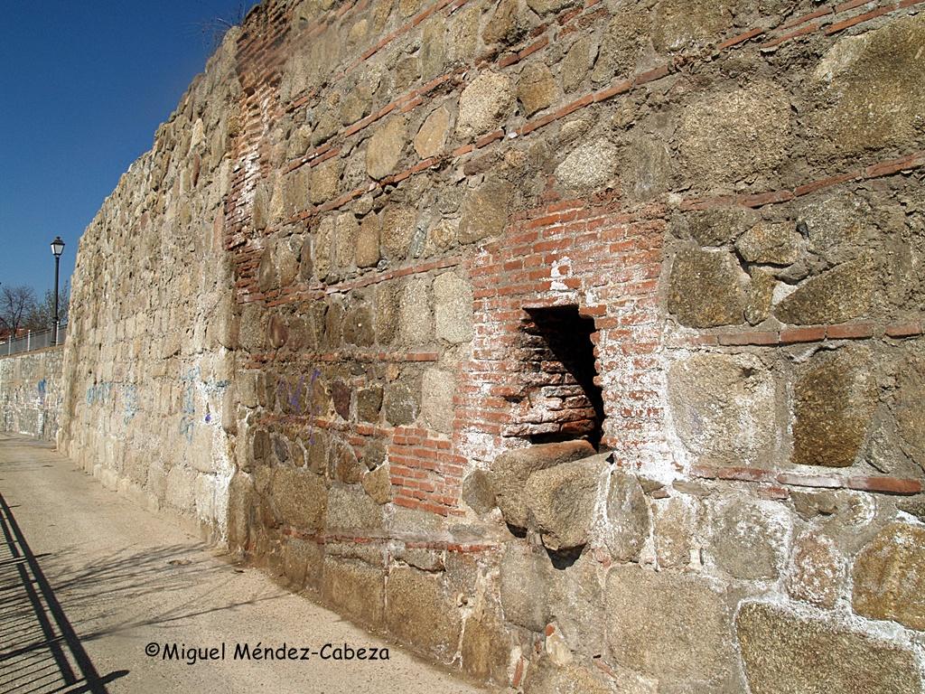 Alcantarilla romana desembocando en el lienzo de muralla que aún se conserva junto al Puente de Hierro