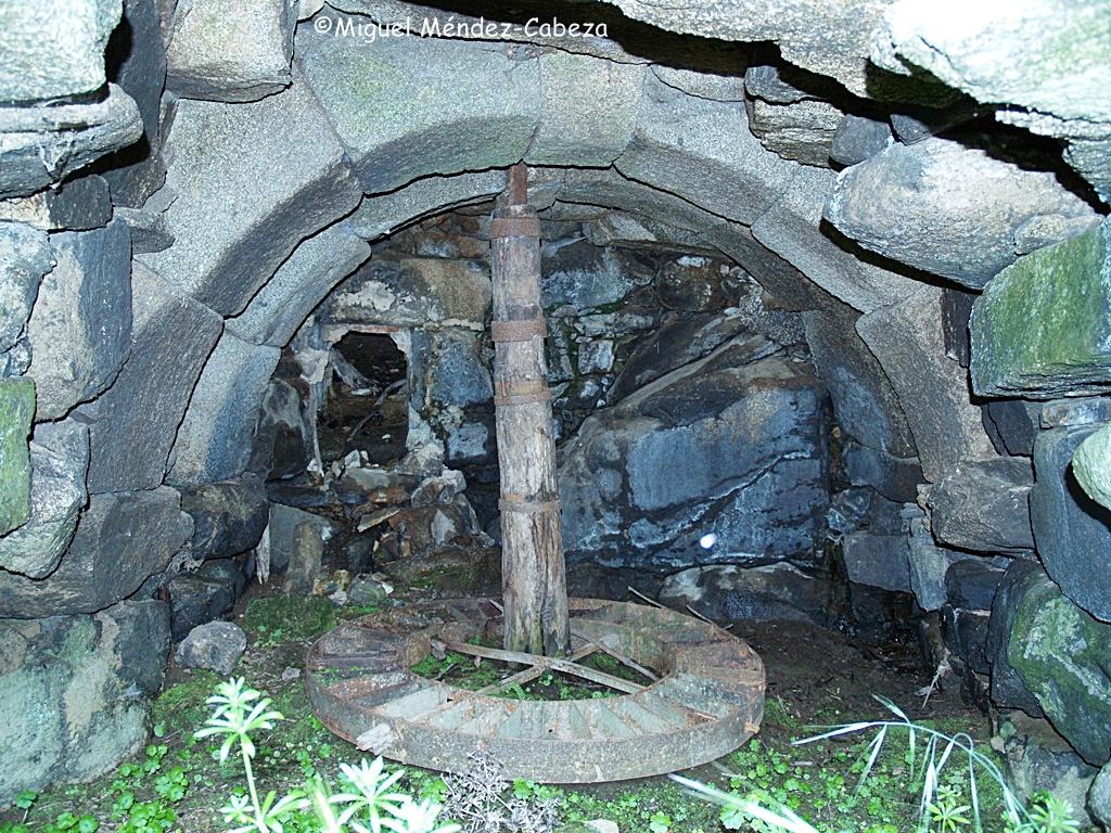 Cárcavo abovedado que conserva el rodezno, el árbol de madera y el parayerro.