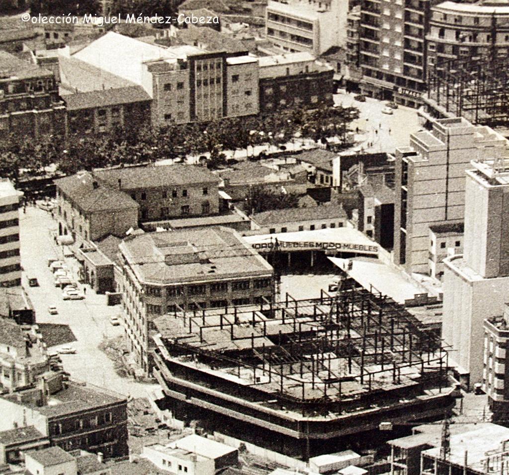 Vista aérea en la que se ve el edificio de La paz en construcción y la estación de autobuses detrás, al fondo, al otro lado del paseo de los arqueros el cine del prado hoy desaparecido