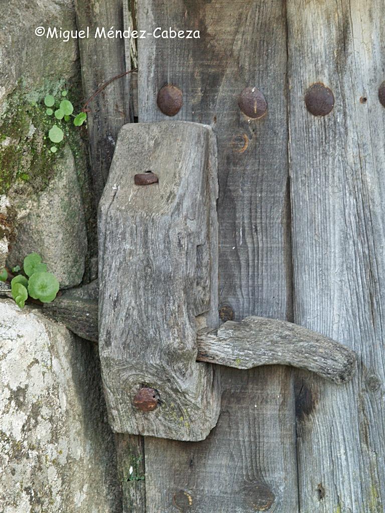 Puerta con cierre de talanquera, frecuentes en la Sierra de San Vicente