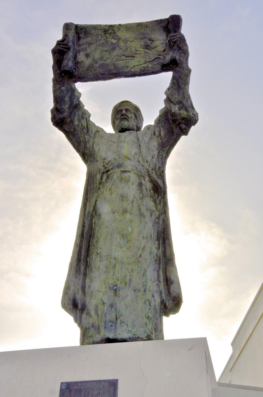 Monumento al geógrafo Al Idrisi en Ceuta, su ciudad de nacimiento. Talavera bien podríaerigir un monumento a quien hace mil años hizo la descripción más elogiosa de Talavera
