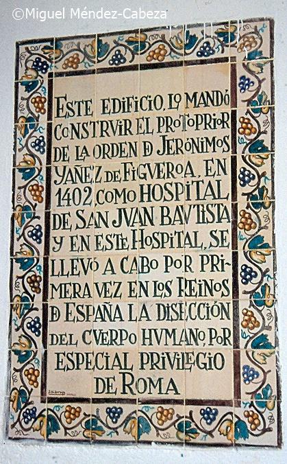 Panel de azulejos que conmemora la primera autopsia científica en un hospital de Guadalupe