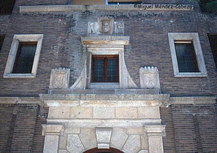 Detalle de la portada del antiguo convento en uno de los edificios que ocupan su lugar en la calle de San Isidro