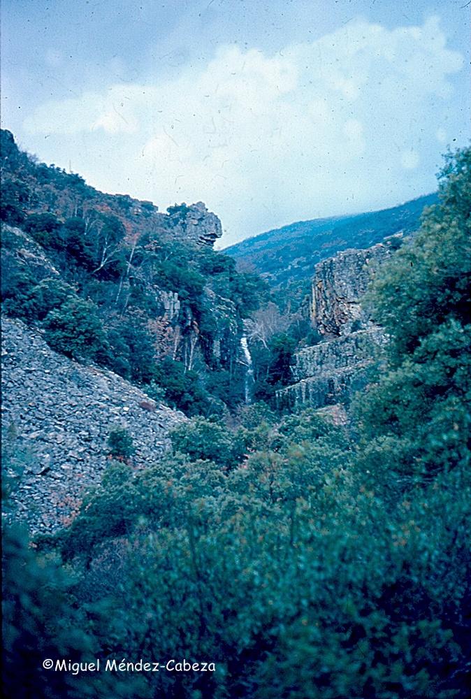 Cascada de El Chorro y al fondo Rocigalgo