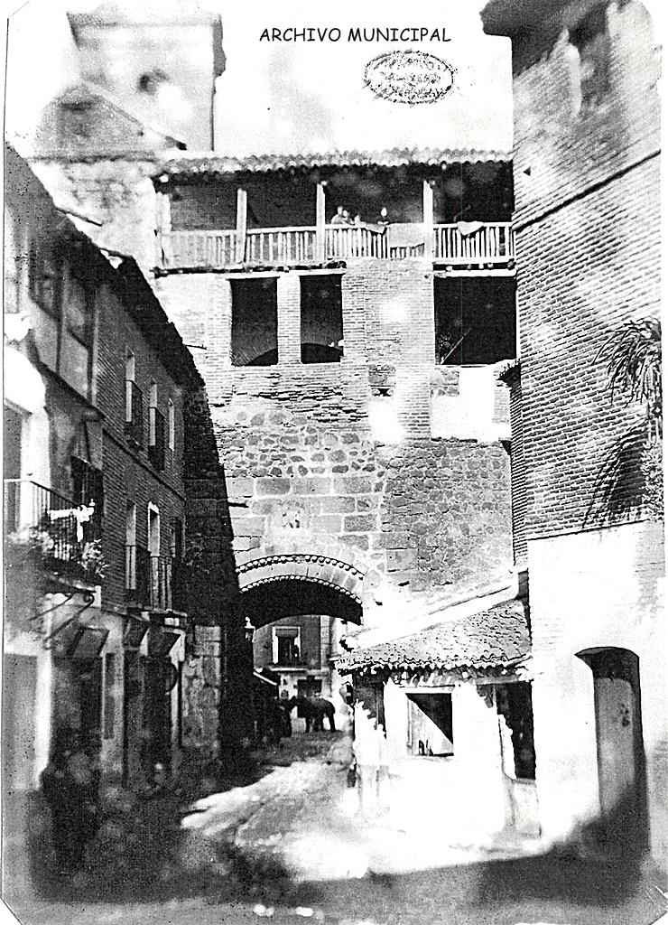 Arco de San Pedro visto desde la antigua iglesia, luego almacenes Moro y hoy Merkamueble. Es curiosa la galería que ocupaba la parte superior en ambos lados.