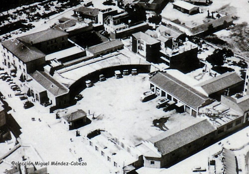 La estación vista desde el edificio de La Paz en construcción. Se ven los hangares, los talleres a la izquierda y la caseta de control a la salida