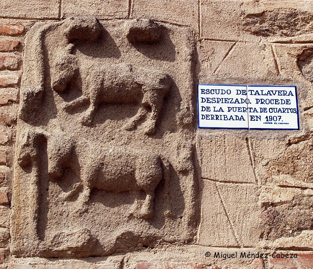 Escudo despiezado que procede de la Puerta de Cuartos