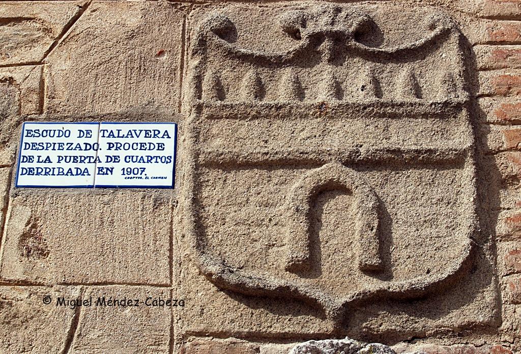 Torre albarrana del escudo despiezado que procede de la Puerta de Cuartos