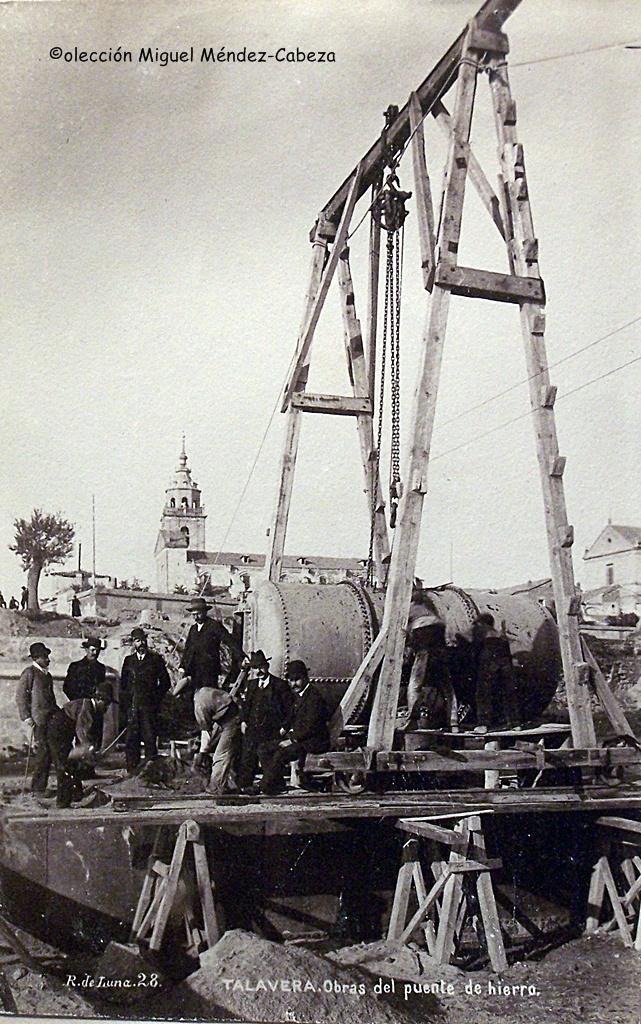 Fotografía de Ruiz de Luna con las obras del primer pilar del puente de Hierro