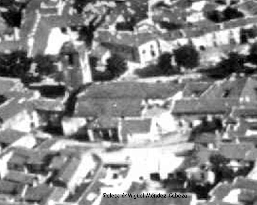 Fragmento de una fotografía aérea de 1937 donde se observa el templo todavía completo en su estructura