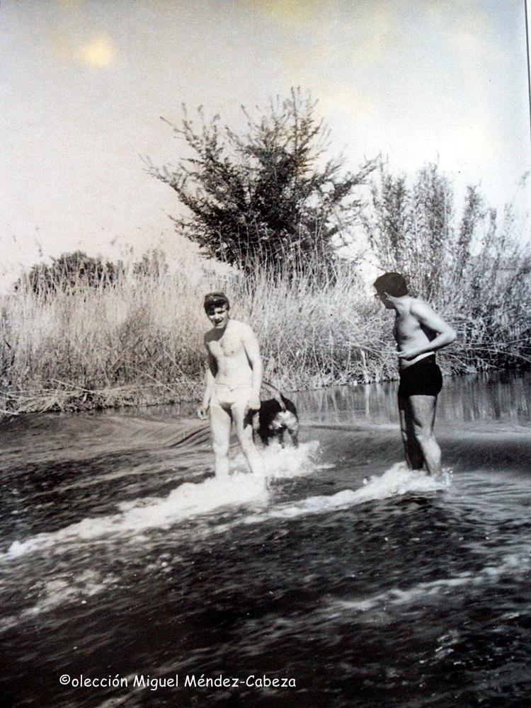 Bañistas sobre la presa de Palomarejos