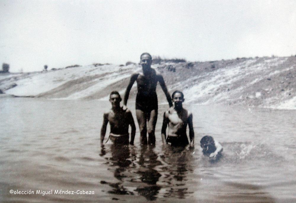 Otra escena de bañistas en Palomarejos, esta vez por debajo de la presa