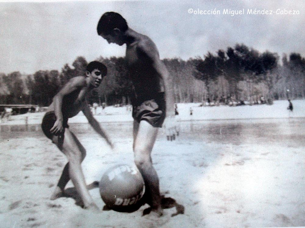 Bañistas jugando al balón en Los Arenales