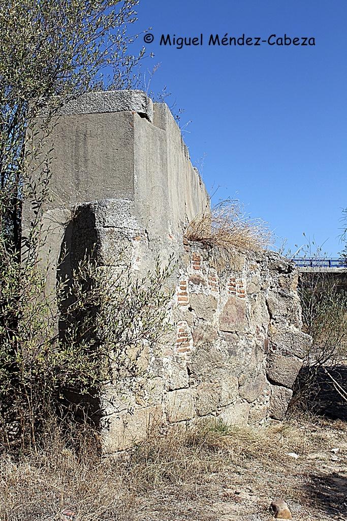 Pilar moderno del puente del Alberche sobre las antiguas estructuras romanas