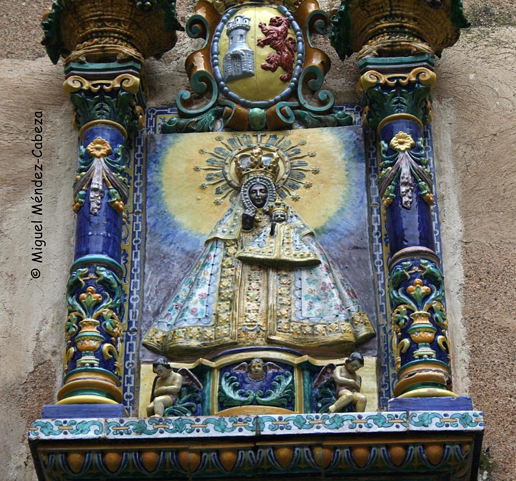 Imagen de la Virgen de Guadalupe en cerámica talaverana, obra de Ruiz de Luna