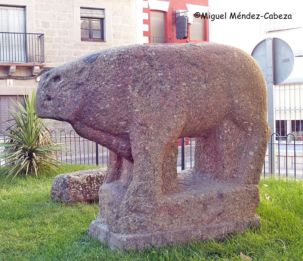 Verraco vettón que representa un toro en Castillo de Bayuela