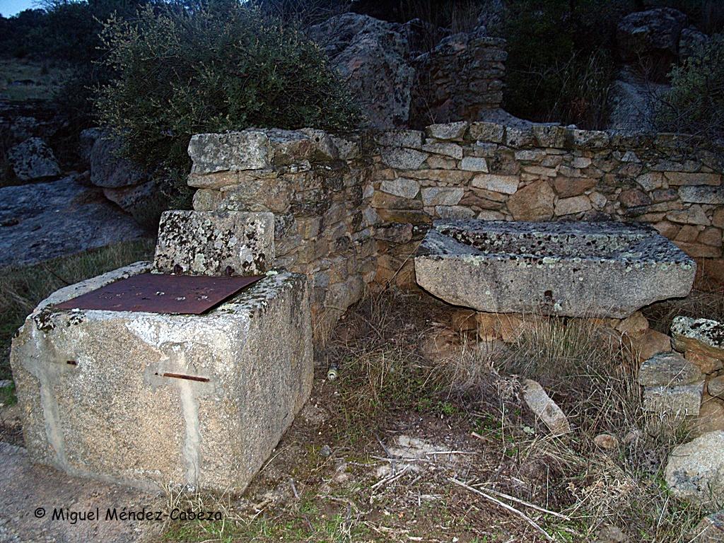 Pozo, pila de lavar, parapeto de mampostería en el arroyo de los Pozos nuevos en Valdeverdeja