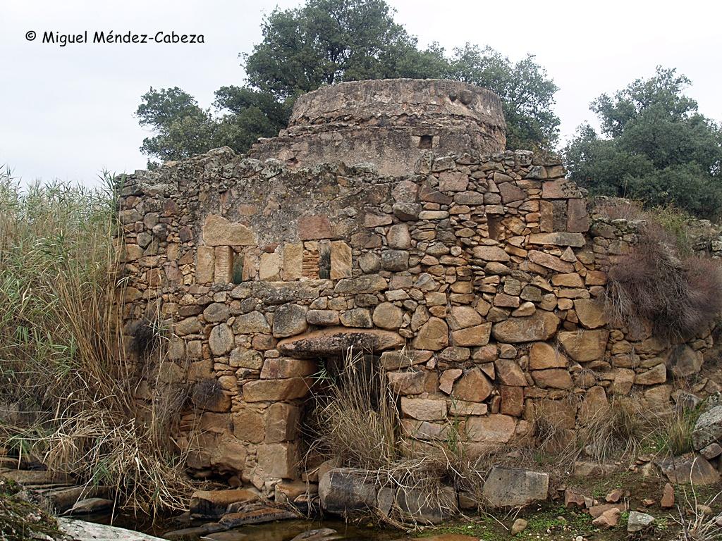 Ruinas de un molinejo de cubo en el arroyo de La Pradera