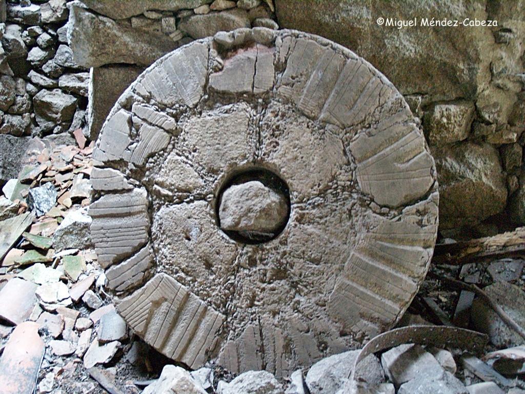 Piedra francesa que como se ve está compuesta de varias partes unidas por un zuncho circular