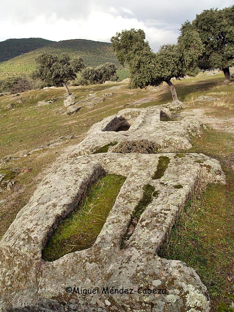 """Sepulcros labrados en la piedra o """"lucillos"""""""