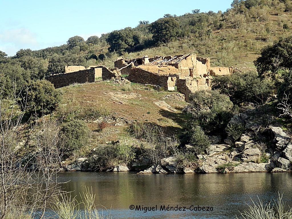 Labranza a las orillas del embalse del río Jébalo