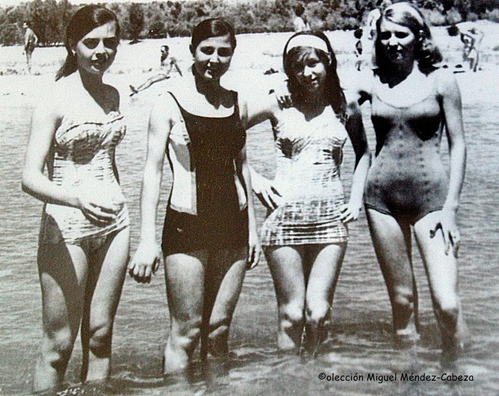 Chicas talaveranas disfrutando del río en los años 60