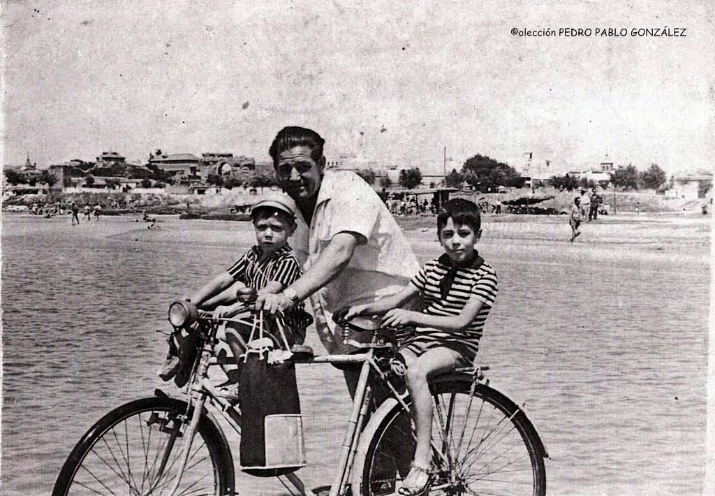 La familia González yendo a disfrutar un día en la playa de los Arenales