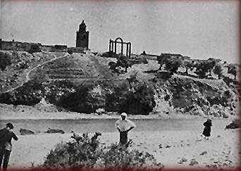 El Tajo a su paso por Talavera la Vieja antes de ser inundada. Al fondo se ven los arcos del templo de Diana, hoy junto al puente de la carretera de Guadalupe