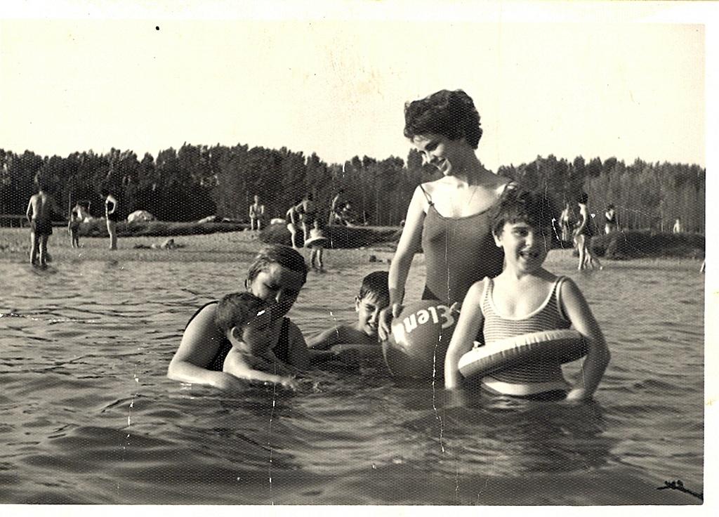 Familia disfrutando en la playa de Los Arenales