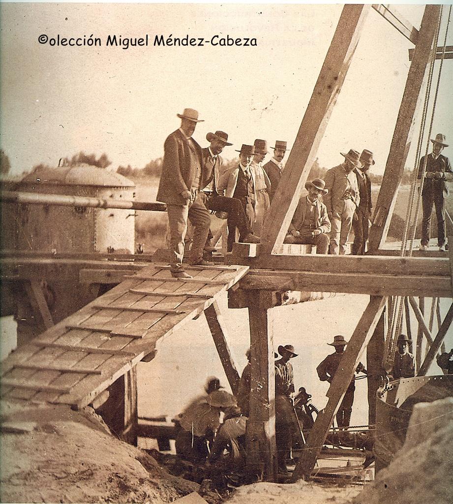 Ingenieros, contratistas y obreros haciendo los cimientos del Puente de Hierro