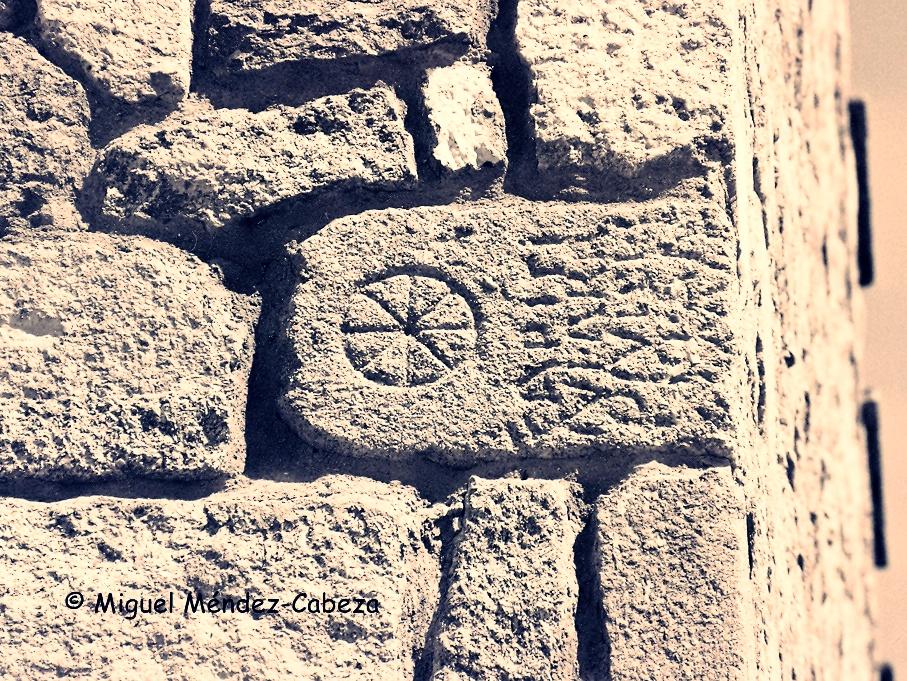 Ya los viajeros de hace 500 años observaron las inscripciones romanas encastradas en la muralla