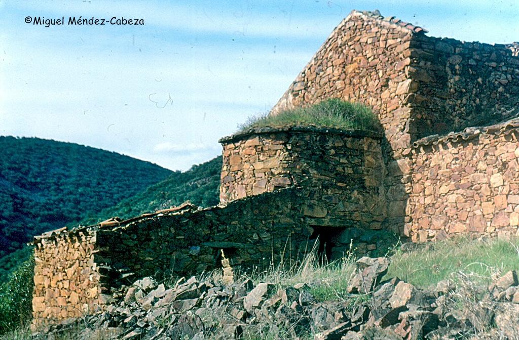 Horno de pan adosado a una vivienda con zahurda bajo el propio horno en el valle del Jébalo