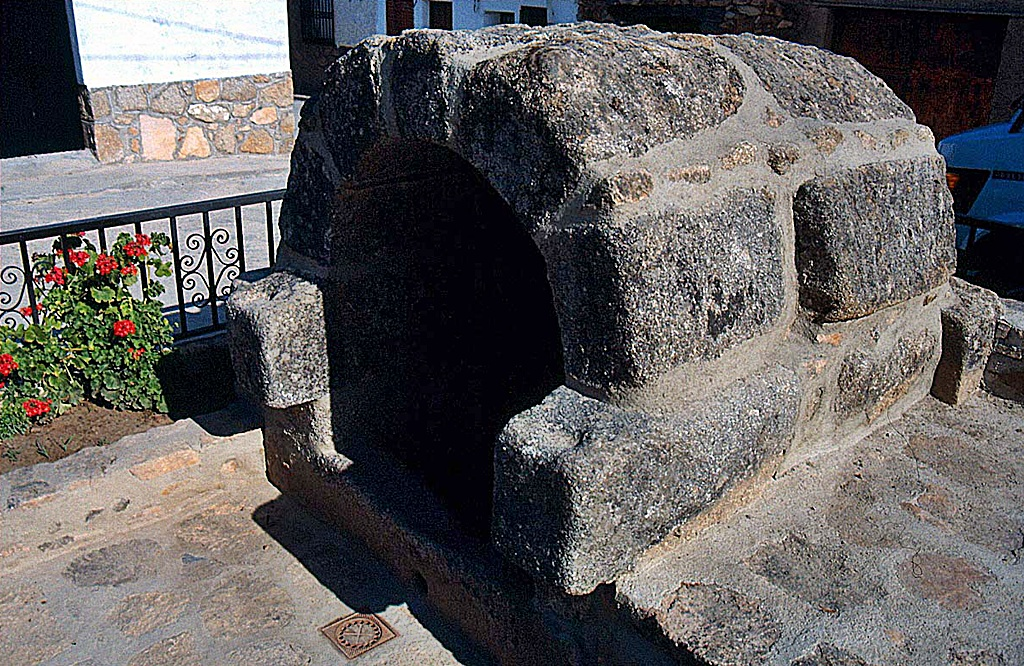 Fuente abovedada en Almendral de la Cañada