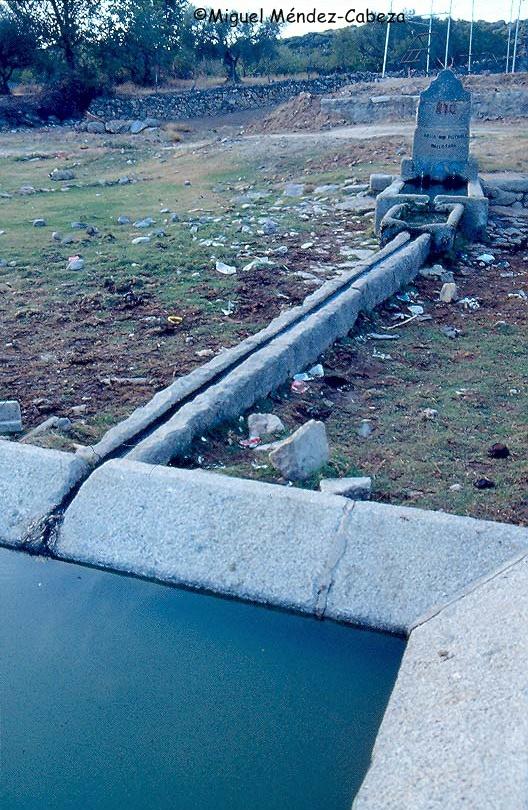 Fuente con abrevadero y lavadero en Pelahustán