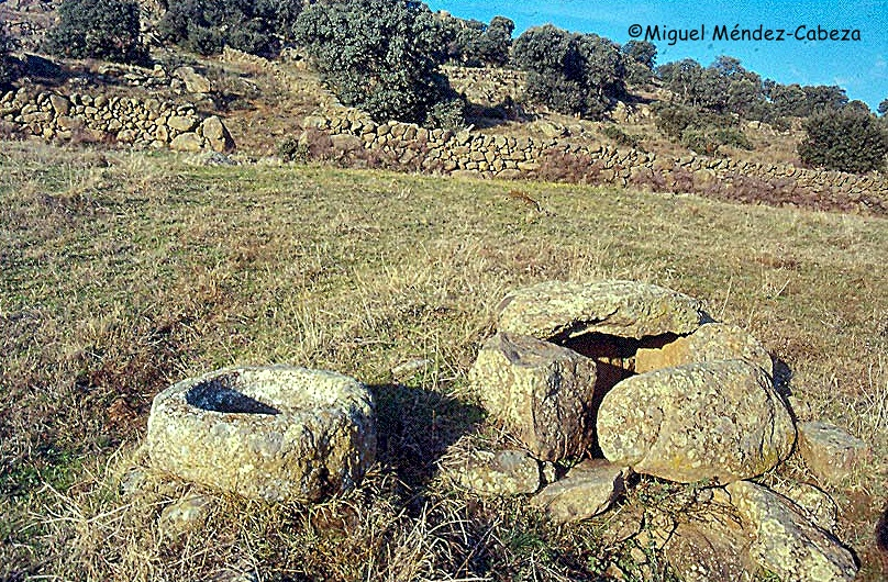 Pozo y pila graníticos en la Sierra de San Vicente
