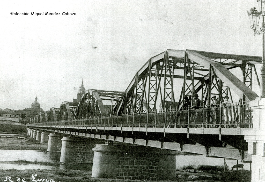 Los curiosos visitan el puente de Hierro en foto de Ruiz de Luna
