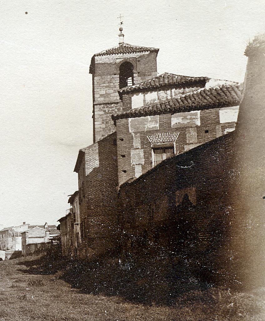 Fragmento de una fotografía de Ruiz de Luna donde se observa la torre de San Miguel a las orillas del arroyo de la Portiña antes de su soterramiento. Se observan los huecos del campanario con el arco de herradura de claro sabor mudéjar
