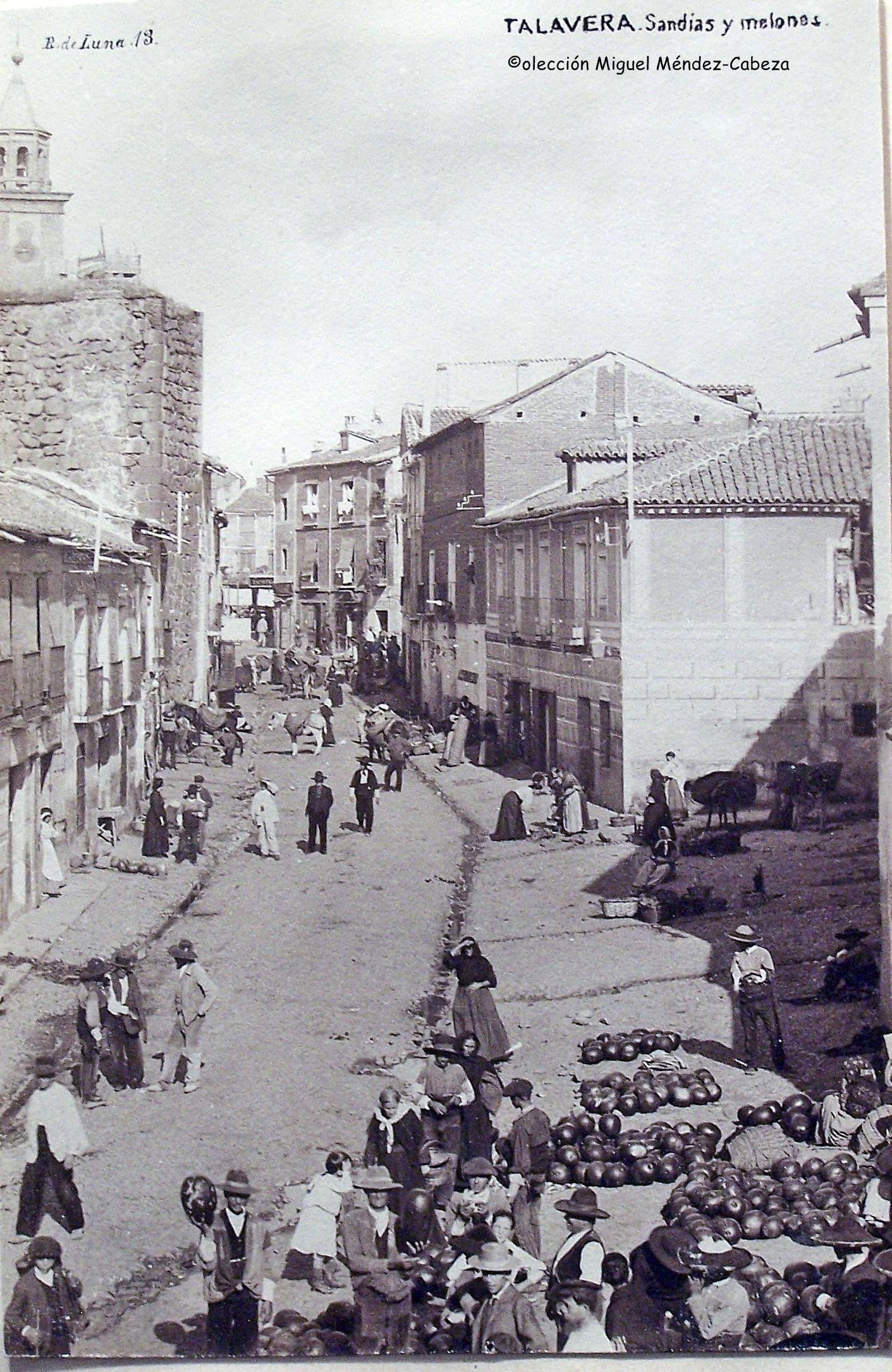 Calle carnicerías en una foto de Ruiz de Luna de los años 20. Albañales, labriegos y venta de melones y sandías.