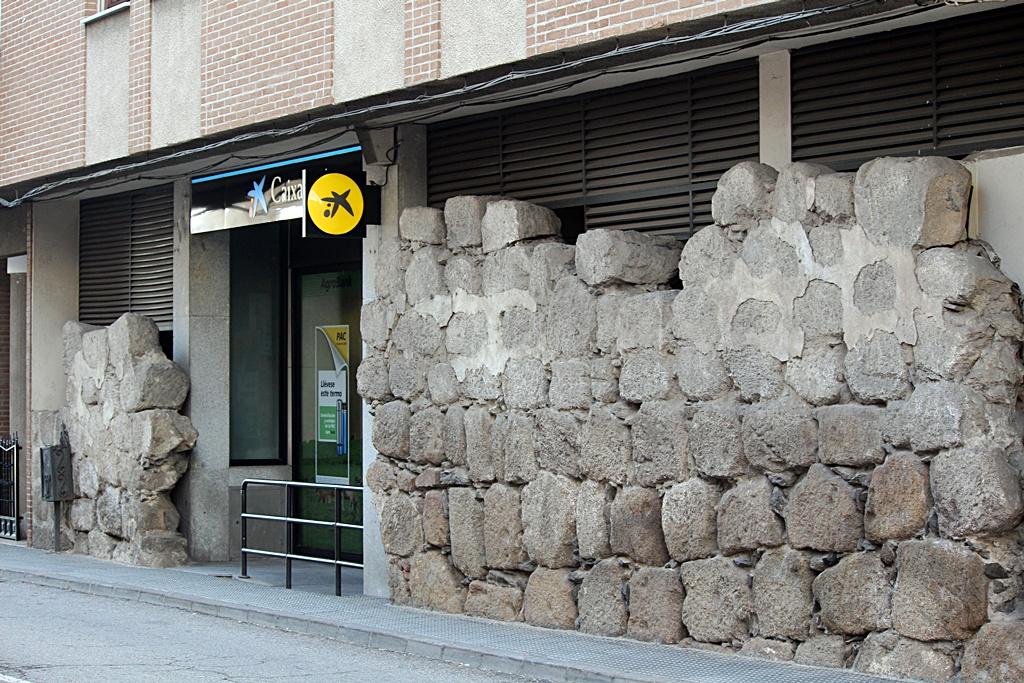 Sucursal bancaria y edificio construido sobre la muralla.