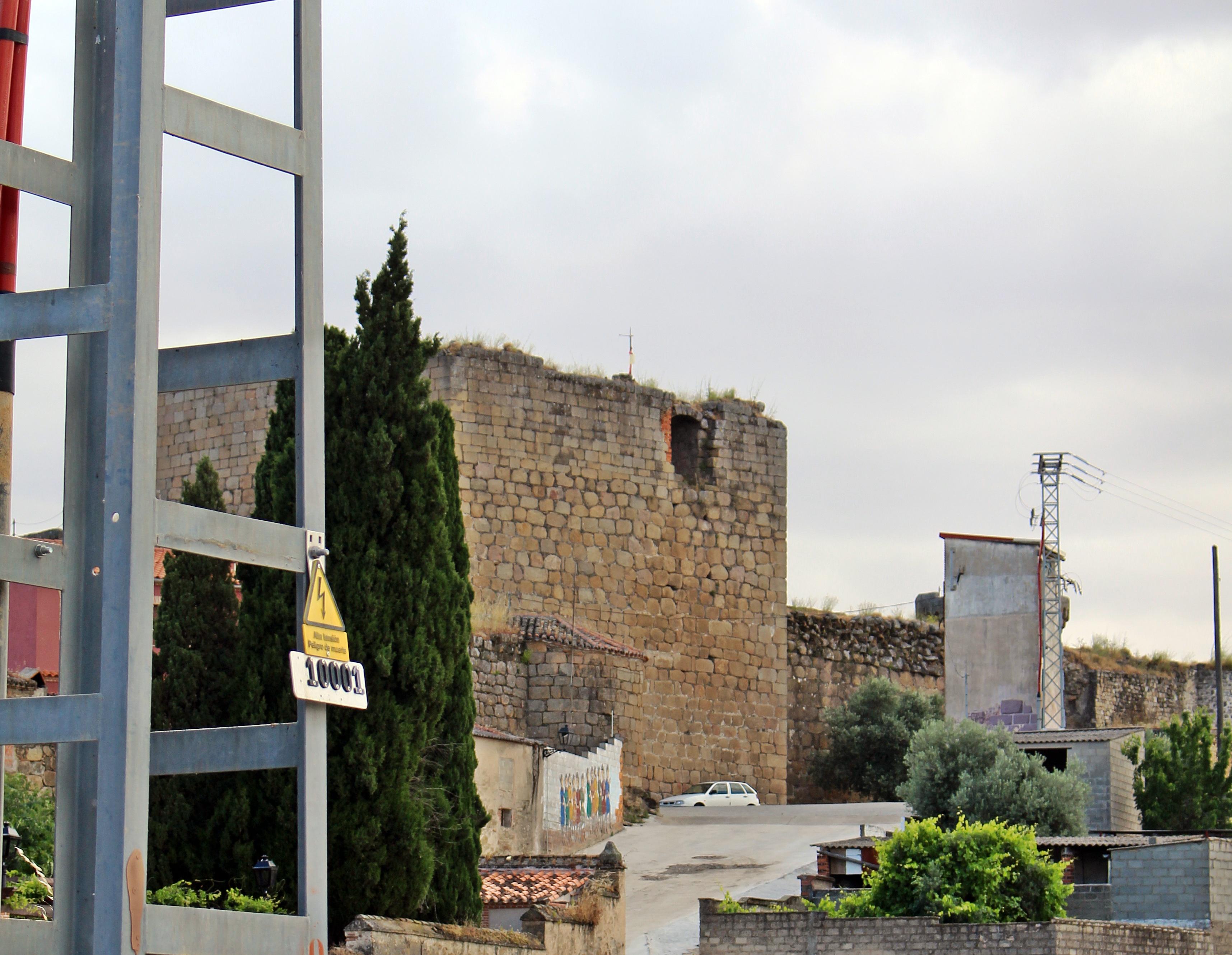 Torres metálicas, trasformadores y cables adornando el castillo medieval de Oropesa