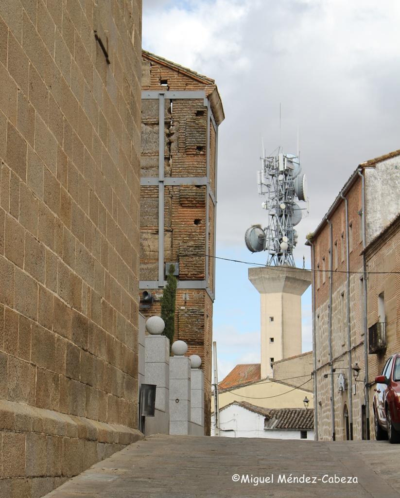 """Torre de antenas en Oropesa al fondo de la calle donde está el magnífico edificio de la """"compañía"""", a la izquierda."""