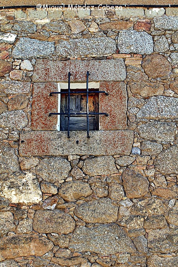 Muro de mampostería en Herreruela con sillería en la ventana