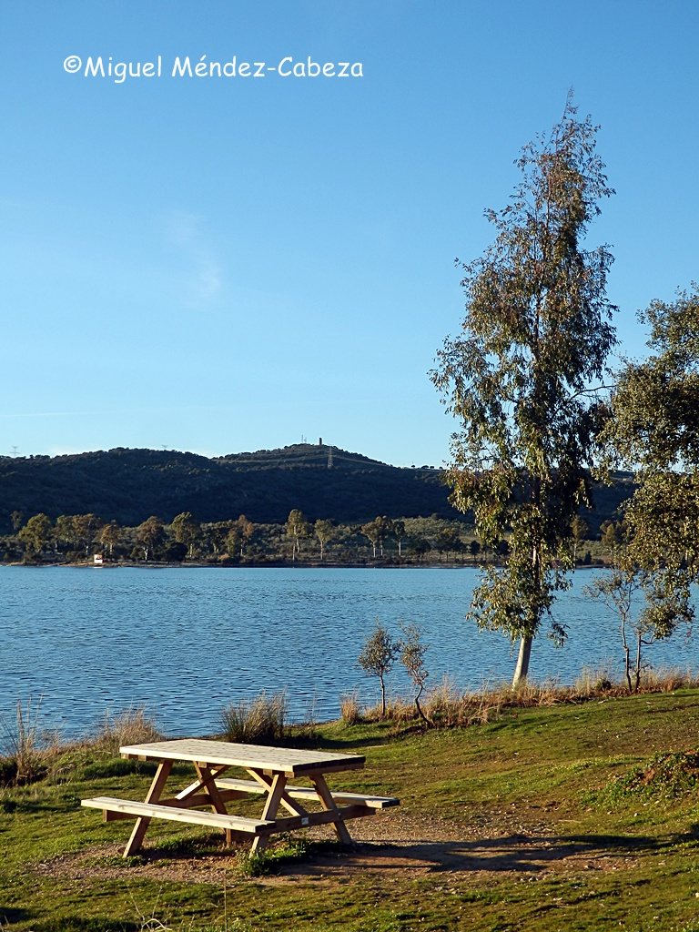 Embalse de la Portiña, bajo cuyas aguas se desarrolló en gran parte la batalla de Talavera