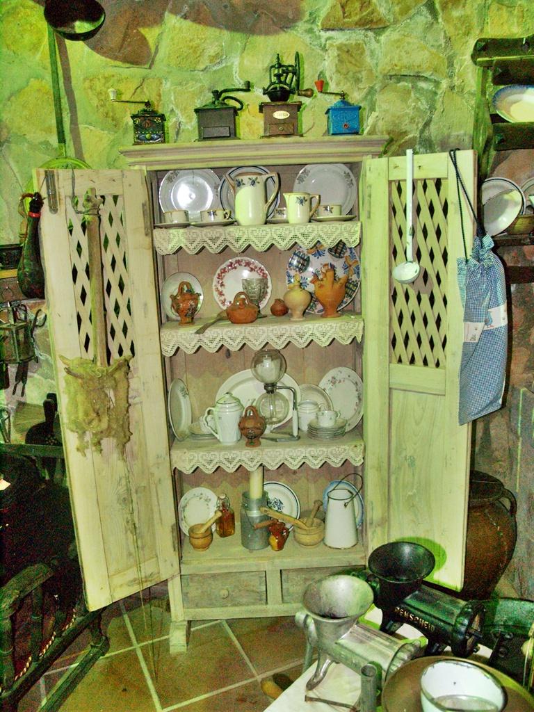 Objetos de menaje de la colección etnográfica del restaurante de Minas de Santa Quiteria