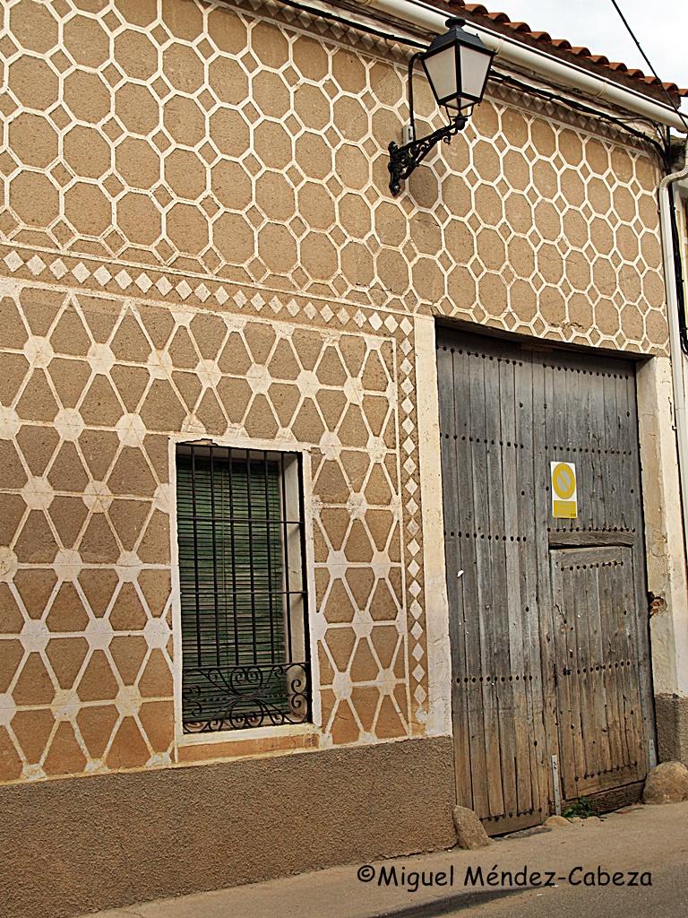 Esgrafiados típicos en una vivienda de Cazalegas